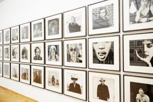 Museumzaal met zwart-wit foto's