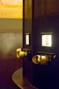 Verrekijkerachtige kijkgaten in een fotoplastikon in het gelijknamige museum in Warschau