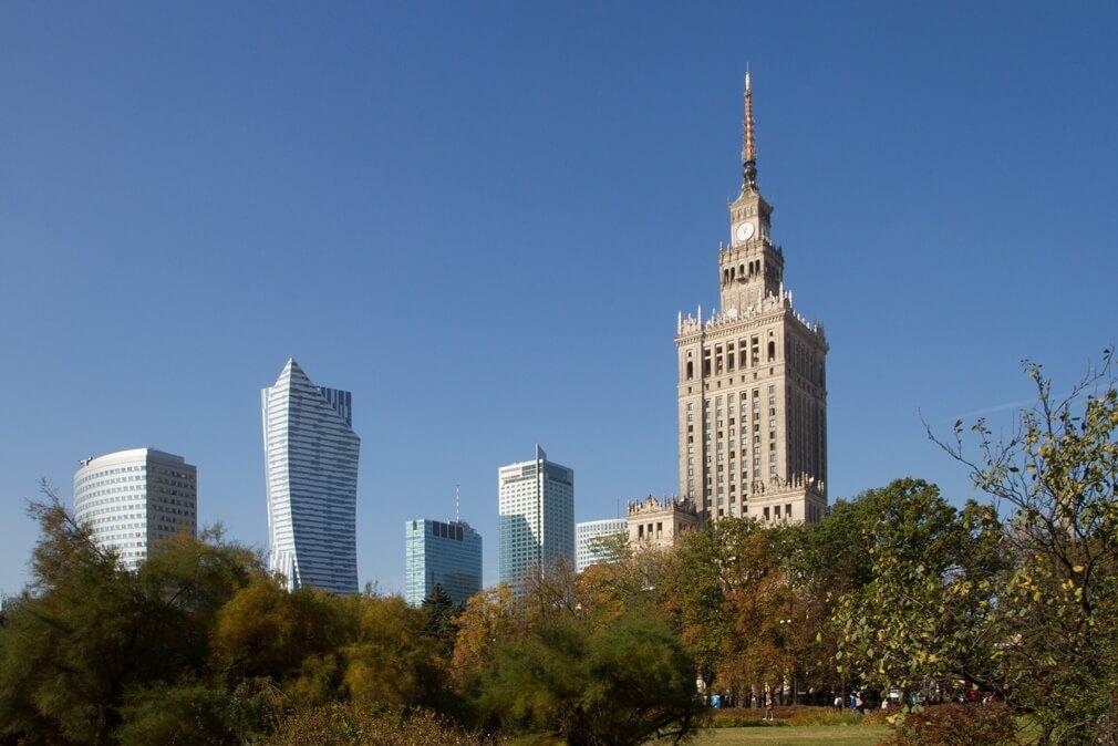 De skyline van Warschau met wolkenkrabbers en het Paleis van Cultuur en Wetenschap