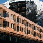 Gevel en zwarte toren van Gradonna Resort