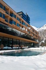 Buitenbad en gevel van Gradonna Resort in Oost-Tirol