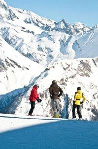 Drie mensen in skiuitrusting op een berg in Oost-Tirol, Oostenrijk