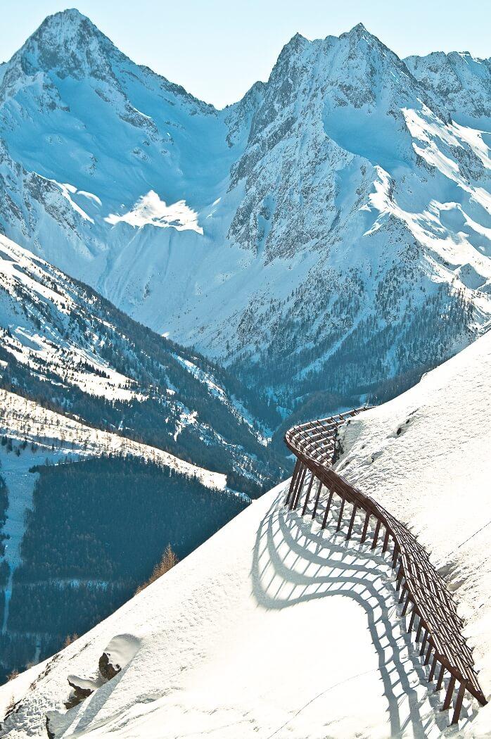 Bergtop met houten hut in Oost-Tirol, Oostenrijk