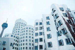 Moderne witte gebouwen en de tv-toren van de Medienhafen in Düsseldorf