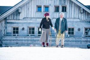 Twee skiërs met ouderwetse ski's in Cerkno, Slovenië