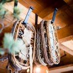 Skischoenen aan houten balken