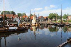 Water met typische boten van Elburg