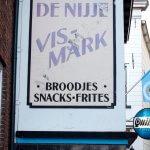 Geschilderde muurreclame voor 'De Nijje Vismarkt' in Kampen