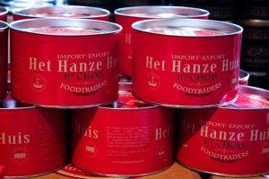 Rode gestapelde blikken van het Hanzehuis in Zwolle