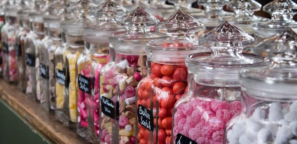 Glazen bokalen met snoep