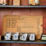 Oude prijslijst en een rek met pakjes Zwolse balletjes