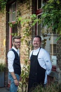 De eigenaars van Bruut in Brugge voor het restaurant
