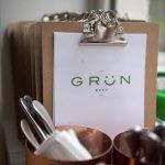 Menukaart op clipboard van Grün in Brugge