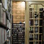 Interieur met kasten vol cd's van muziekwinkel Rombaux in Brugge