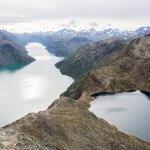 Uitzicht op de Besseggenkam met aan weerszijden het Gjendemeer en Bessvatnetmeer in Jotunheimen