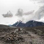 Rotslandschap op de Besseggen hike in Jotunheimen met besneeuwde bergtoppen in de achtergrond