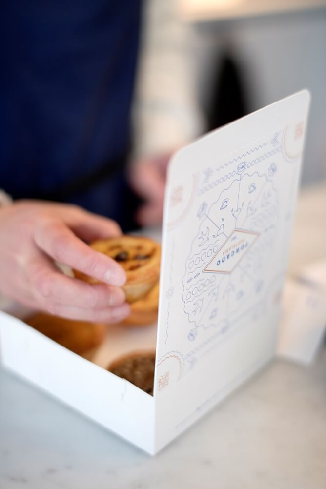 Pasteis de nata worden in een kartonnen doos van Forcado te Brussel gelegd