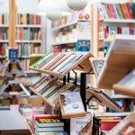 Boekenrekken in Librairie Candide in Brussel