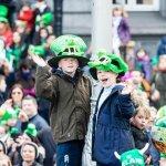 2 jongens met groene kabouterhoeden voor St. Patrick's Day