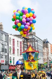 Huis met ballonnen aan in de St. Patrick's Day parade