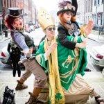 3 mensen hebben zich verkleed met groen voor St. Patrick's Day