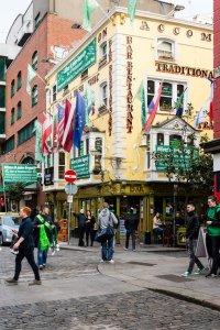 Groene vlaggen hangen aan een huis voor St. Patrick's Day
