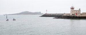 Uitzicht op de vuurtoren van Howth en het eiland in de buurt