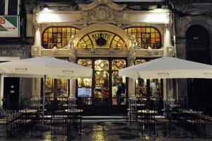 het terras en de belle-époque-gevel van Café Majestic in Porto