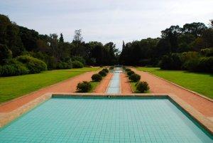 Fontein met appelblauwzeegroene tegels in het park van Serralves in Porto