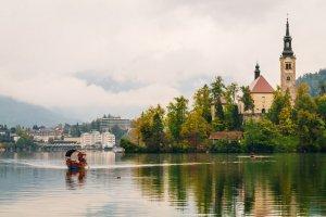 Meer van Bled met een eiland en kerk en bootje