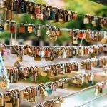 Liefdeshangslotjes aan een brug