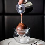Dessert Surprise Isabella waar chocolade over wordt gegoten