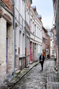 Pittoresk, smal straatje Rue des Sayneurs in Valenciennes