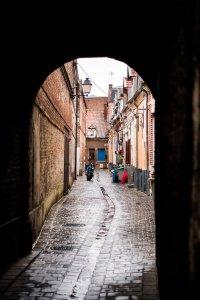 Smal straatje met arbeidershuisjes in Valenciennes