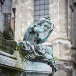 Bronzen beeld van een meisje op een gebouw in Valenciennes