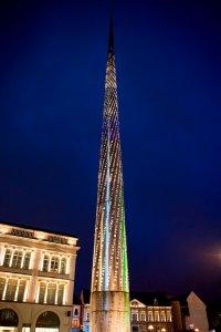 Verlichte obelisk aan het stadhuis van Valenciennes