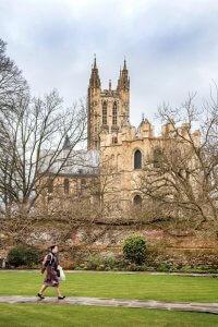 De kathedraal van Canterbury gezien uit de kathedraalstuinen