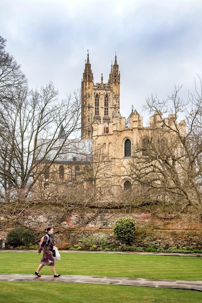 Uitzicht op de katherdraal van Canterbury tussen twee stenen muren