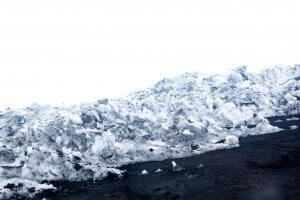 Gestolde lava op de vulkaan Etna met sneeuw