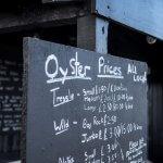 Krijtbord met oesterprijzen in Whitstable