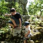 Twee kinderen klimmen in het Bois de Païolive