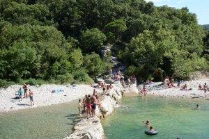 Keistrand met zwmmende en zonnendemensen in de Ibie in de Ardèche