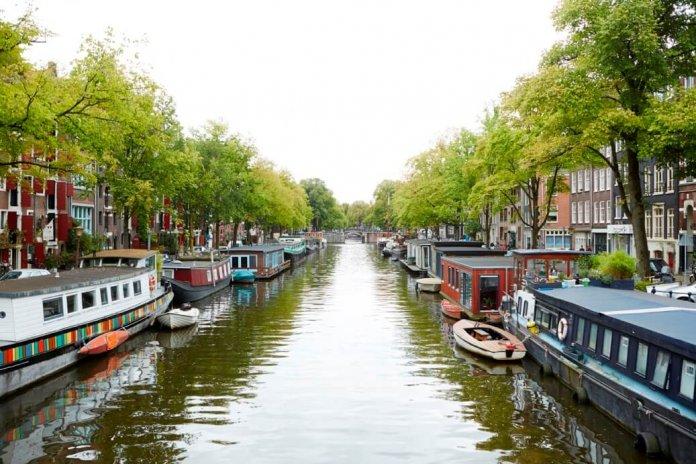 Gracht met woonboten in Amsterdam