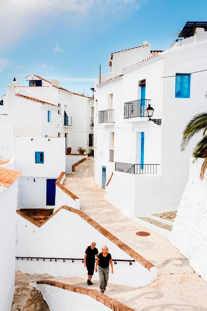 Uitzicht op het dorp Frigiliana tussen de heuvels van Andalusië