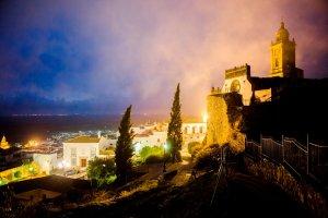 De Iglesia de Santa Maria la Coronada en uitzicht over Medina-Sidonia 's nachts