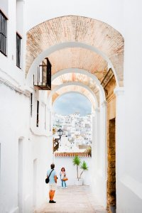 Stenen poort in Vejer de la Frontera aan de Costa de la Luz in Andalusië