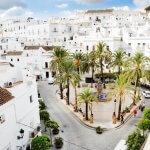 Uitzicht over de stad Vejer de la Frontera met het stadsplein Plaza Espana, aan de Costa de la Luz, Andalusië