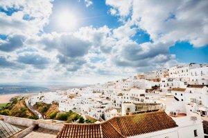 Uitzicht over de stad Vejer de la Frontera en de kustlijn aan de Costa de la Luz, Andalusië