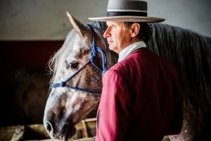 Ruiter in Spaanse klederdracht met zijn paard