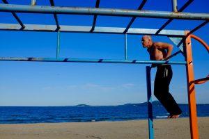 Man op een klimrek op het strand van Bourgas